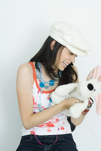 girl holding stuffed toy, laughingの写真素材 [FYI04320266]