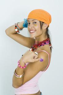girl wearing bandana over shoulderの写真素材 [FYI04320280]