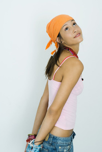 girl standing with arms behind backの写真素材 [FYI04320283]