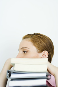 Woman behind stack of booksの写真素材 [FYI04320299]