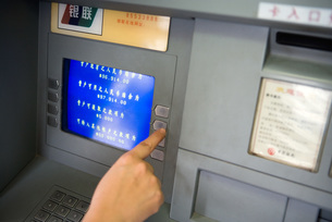 Person using ATM in Chinaの写真素材 [FYI04320317]