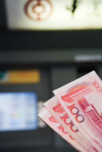 100 Yuan banknotes, AMT in backgroundの写真素材 [FYI04320318]