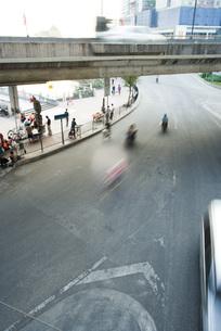 City activity under overpassの写真素材 [FYI04320331]