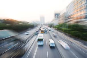 city thoroughfare, blurred motionの写真素材 [FYI04320336]