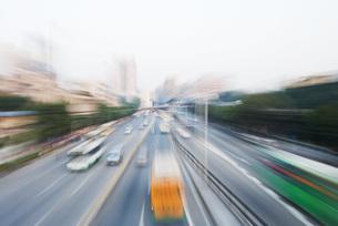 City thoroughfare, blurred motionの写真素材 [FYI04320337]