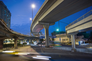 City traffic under overpass at nightの写真素材 [FYI04320362]