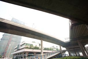 Overpass, buildings in backgroundの写真素材 [FYI04320366]