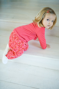 Girl crawling on stepsの写真素材 [FYI04320377]