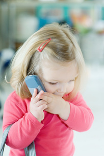 Girl holding cell phone to earの写真素材 [FYI04320383]