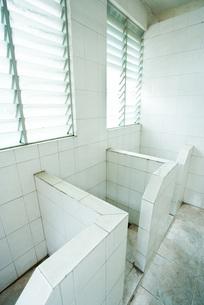 Bathroom stallsの写真素材 [FYI04320395]