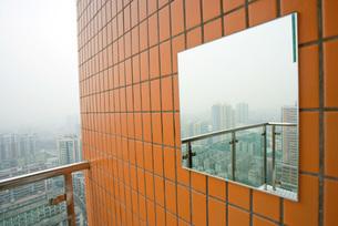 Mirror reflecting cityscapeの写真素材 [FYI04320396]