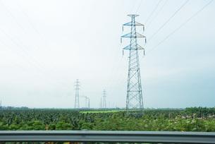 Electric pylons seen from highwayの写真素材 [FYI04320401]