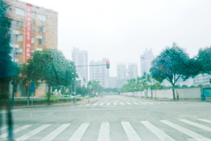 View of road through windshieldの写真素材 [FYI04320403]