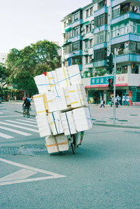 Cyclist transporting stackの写真素材 [FYI04320407]