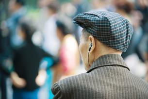 man listening to earphonesの写真素材 [FYI04320411]