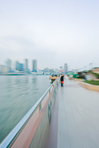 Riverside walkway, blurred motionの写真素材 [FYI04320414]