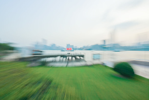 Green space next to waterfront, blurredの写真素材 [FYI04320418]