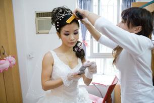 Bride having her hair styledの写真素材 [FYI04320423]