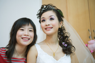 Woman smiling with brideの写真素材 [FYI04320425]