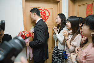 Groom knocking on bride's doorの写真素材 [FYI04320427]