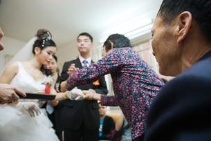 Chinese wedding tea ceremonyの写真素材 [FYI04320440]