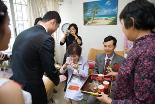 Chinese wedding tea ceremonyの写真素材 [FYI04320441]