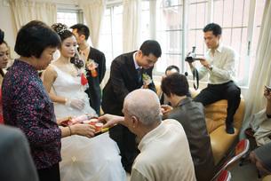 Chinese wedding tea ceremonyの写真素材 [FYI04320443]