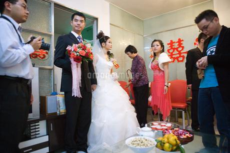 Bride and groom standingの写真素材 [FYI04320454]