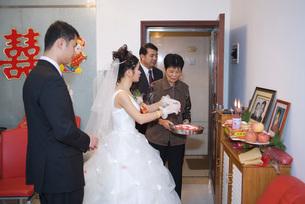 Bride taking offeringの写真素材 [FYI04320455]