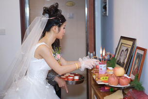 Bride taking offeringの写真素材 [FYI04320456]