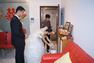 Bride taking offeringの写真素材 [FYI04320457]