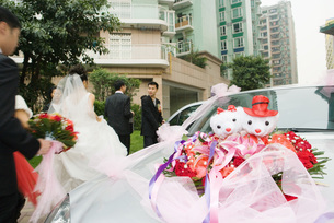 Wedding decorations on carの写真素材 [FYI04320461]