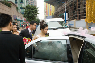 Bride and groom getting in to carの写真素材 [FYI04320464]