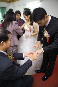 Chinese wedding jewelry giving ceremonyの写真素材 [FYI04320470]