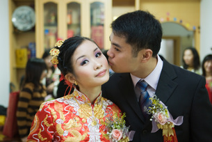 Groom kisses bride on the cheekの写真素材 [FYI04320473]