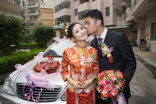 Groom kissing bride on cheekの写真素材 [FYI04320476]