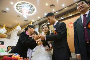 Bride and groom open champagne bottleの写真素材 [FYI04320477]