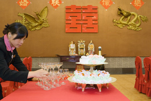 Woman stacking champagne glassesの写真素材 [FYI04320479]