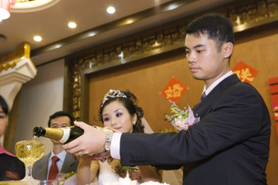Bride and groom pouring champagneの写真素材 [FYI04320480]