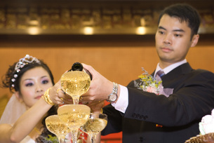 Bride and groom pouring champagneの写真素材 [FYI04320481]