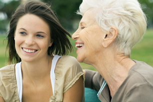 Grandmother and granddaughter smilingの写真素材 [FYI04320504]