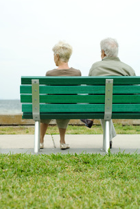 Senior couple sitting on bench togetherの写真素材 [FYI04320505]