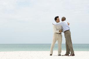 Two businessmen shaking handsの写真素材 [FYI04320511]