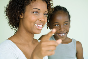 Woman pointing finger with daughterの写真素材 [FYI04320523]