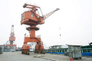 Loading crane in shipyardの写真素材 [FYI04320547]