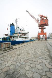 Boat docked in portの写真素材 [FYI04320548]