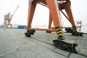 Loading crane on rails in shipyardの写真素材 [FYI04320550]