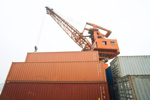 Crane and stack of cargo containersの写真素材 [FYI04320553]