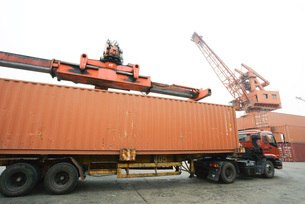 Cargo container being loaded onto truckの写真素材 [FYI04320558]
