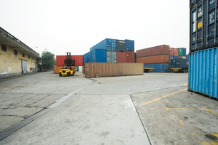Forklift and cargo containersの写真素材 [FYI04320566]
